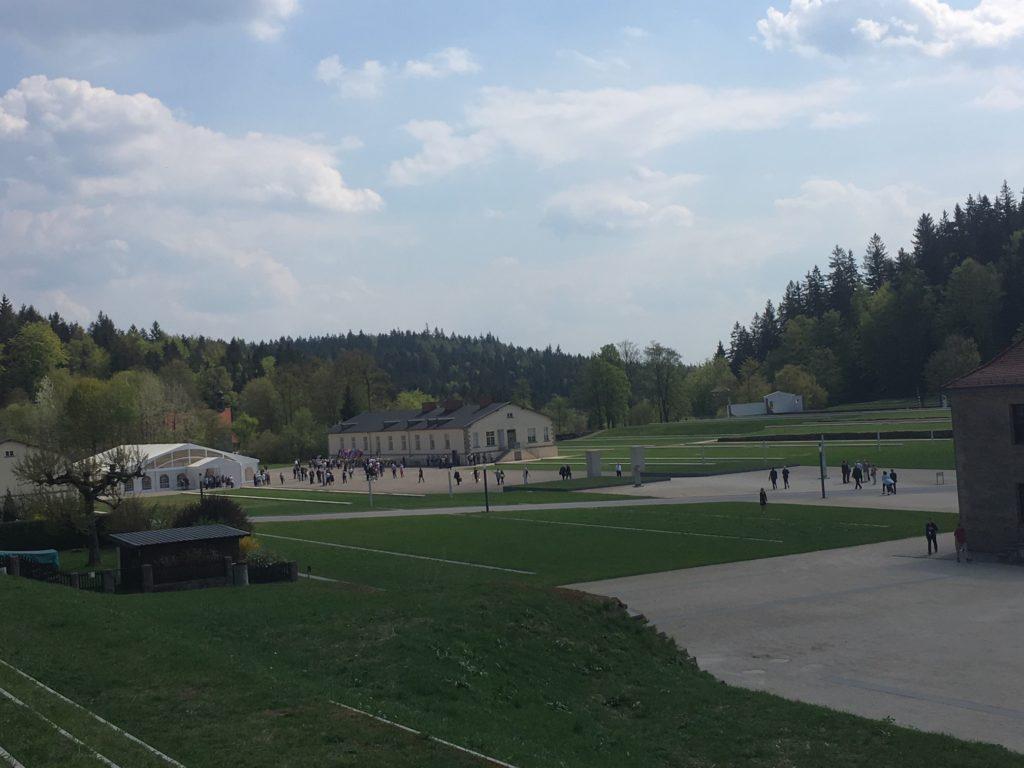 Dolmetschen während der Feierlichkeiten zum 73. Jahrestag der Befreiung des KZ Flossenbürg