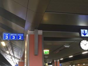 Beim Zugfahren in Polen sollte man den Unterschied zwischen Bahnsteig und Gleis kennen.